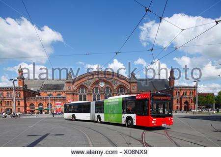 Autobus mit Hauptbahnhof am Bahnhofsplatz , Bremen, Deutschland, Europa - Stock Photo