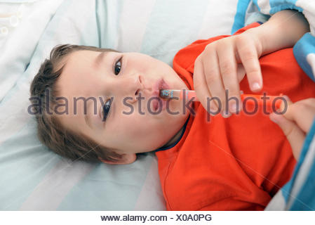 kleiner Junge nimmt Medizin - Stock Photo