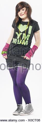 Teenager-Maedchen, flippig gekleidet, verschraenkte Arme (model-released)