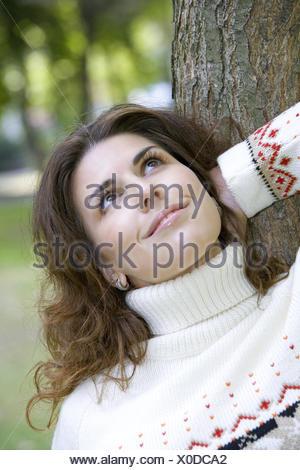 Frau, dunkelhaarig, Portrait, Herbst, 20-30 Jahre, Frauenportrait, Strickpullover, Pullover, Zufriedenheit, Ausgeglichenheit, Ge - Stock Photo