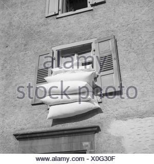 Bettzeug an der frischen Luft in Frankfurt am Main, Deutschland 1930er Jahre. The bedding on the fresh air at Frankfurt on river Main, Germany 1930s. - Stock Photo