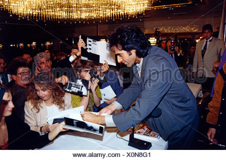 Copperfield, David, * 16.9.1956, American conjurer, half length, with fans, Munich, 10.9.1993, Additional-Rights-Clearances-NA - Stock Photo