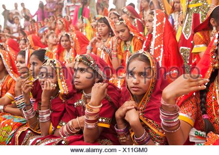 Junge Frauen in der typischen farbenfrohen Tracht der Rajasthanis beim Kamel- und Viehmarkt Pushkar Mela in Pushkar, Rajasthan,  - Stock Photo