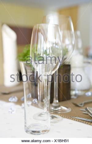 Tisch, gedeckt, festlich, Detail, Tischdeko, Tischdekoration, Glaeser, Weinglas, Wasserglas, Restaurant, Serviette, Besteck, Mes - Stock Photo