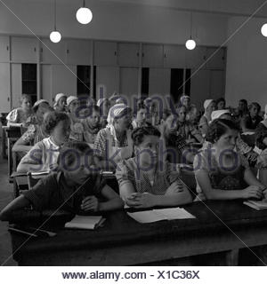BdM Mädchen beim Unterricht in der Haushaltungsschule Greifenberg, Deutschland 1930er Jahre. BdM girls learning in the lesson at the domestic science school at Greifenberg, Germany 1930s. - Stock Photo