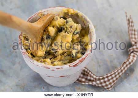 selbstgemachtes Vogelfutter wird in einen Blumentopf zum Aufhaengen gefuellt | self made birdseeds are filled in flower pots | B - Stock Photo