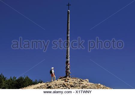 Spain, Way of St. James, pilgrim on the iron cross of Monte Irago, - Stock Photo