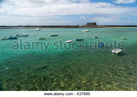 Fischerhafen und die Festung Castillo de San Gabriel in der Hauptstadt Arrecife, Insel Lanzarote, Kanarische Inseln, Spanien    fishing harbour and th - Stock Photo