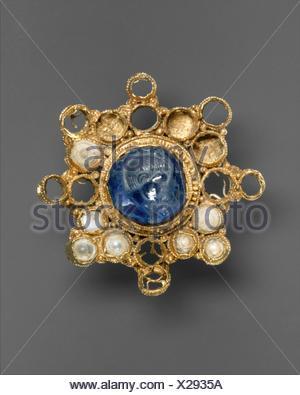 Star-Shaped Brooch with Intaglio. Date: ca. 950-1000 (setting); 337-50 (intaglio); Culture: Ottonian (Rhineland (?)) (setting); Byzantine (intaglio); - Stock Photo