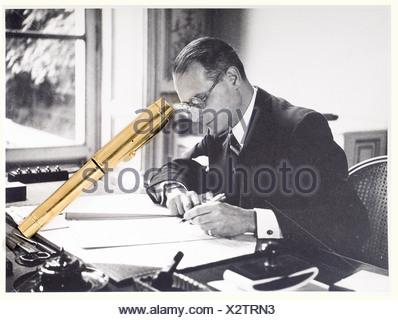 Jacques Benoist-Méchin - stylo plume en or, lui ayant appartenu. Modèle à pompe, poinçons de contrôle sur le corps du stylo. Joint deux photos montrant Jacques Benoist-Méchin avec ce stylo. people, 20th century, object, objects, stills, clipping, clippings, cut out, cut-out, cut-outs, man, men, male, Additional-Rights-Clearances-NA - Stock Photo