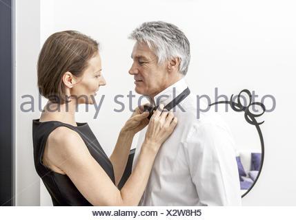 Paar, Frau bindet Mann die Fliege (model-released) - Stock Photo