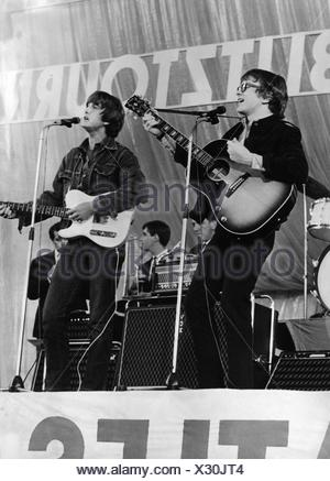 Peter and Gordon, British music group (pop), 1964 - 1968, (* 22.6.1944), Gordon Waller (4.6.1945 - 17.6.2009), during stage performance, The Beatles Blitztournee, middle of 1960s, Additional-Rights-Clearances-NA - Stock Photo