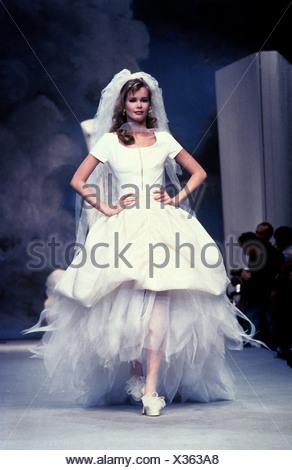 Schiffer, Claudia, * 25.8.1970, German model, full length, on catwalk, fashion show, wedding dress, 1990s, mannequin, topmodel, - Stock Photo