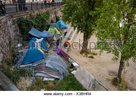 Paris, Zelte von Obdachlosen am Canal St Martin, Homeless People, Tents near Canal St Martin - Stock Photo