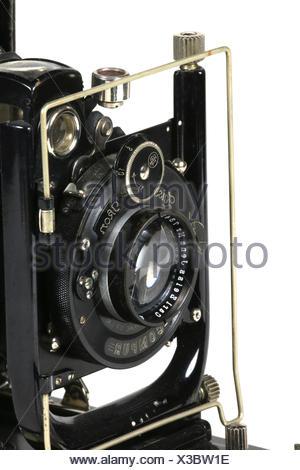 Eine alte gebrauchte Plattenkamera, angeschnitten, vor weissem Hintergrund - Stock Photo