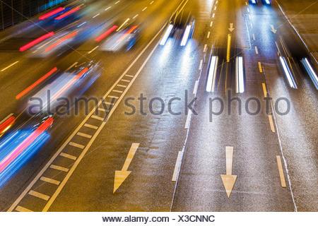 Deutschland, Baden-Württemberg, Stuttgart, B14, Bundesstraße, Autos, Pfeile, Lichtspur, Verkehr, Straßenverkehr, Richtung, Lichter, Rücklichter - Stock Photo