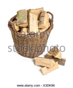 Weidenkorb gefüllt mit Brennholz