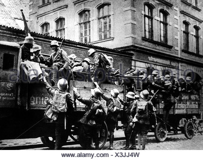 events, Beer Hall Putsch, 1923, rebells, men of SA (Storm Division/Sturmabteilung), getting on a lorry, Munich, 9.11.1923, Nazism, Third Reich, Hitler, Ludendorff, uniform, soldiers, event, Nazi Germany, politics, historic, historical, people, 20th century, 1920s, - Stock Photo