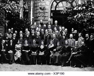 Freud, Sigmund, 6.5.1856 - 23.9.1939, Austrian physician, founder of the psychoanalytic school of psychology, second row, centre, standing, half length, congress in Weimar, half length, female, woman, women, , Additional-Rights-Clearances-NA - Stock Photo