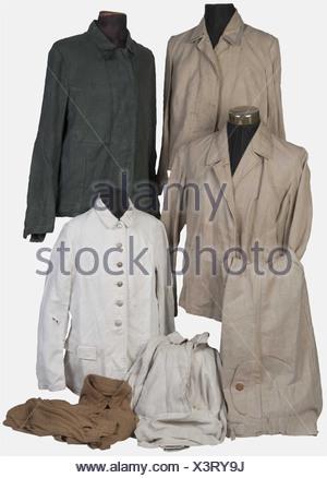 WEHRMACHT, Ensemble de vêtements de travail de la Wehrmacht, Quatre vestes, une en treillis deux poches à chevrons, blanche, une en toile écrue, une en treillis blanc, une en treillis vert, un ensemble veste et pantalon treillis écru et une chemise en toile sable, , - Stock Photo