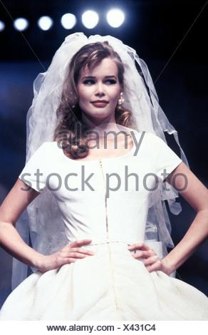 Schiffer, Claudia, * 25.8.1970, German model, half length, on catwalk, fashion show, wedding dress, 1990s, mannequin, topmodel, - Stock Photo