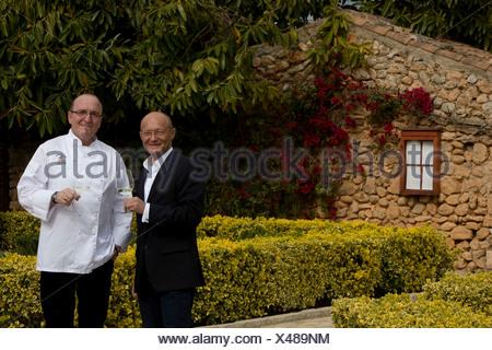 Winemaker Prof. Michael Popp, left, Peter Himbert, head chef of the Molí des Torrent restaurant, Santa María del Camí, Majorca - Stock Photo