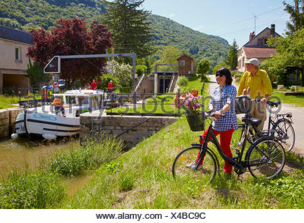 Houseboat in the Doubs-Rhine-Rhone-channel at Lock 42 near Ougney, PK 101, Doubs, Region Franche-Comte, France, Europe - Stock Photo