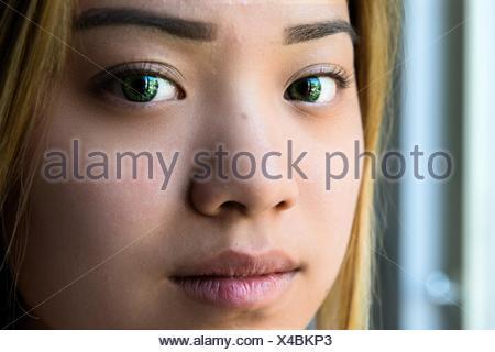 Studio portret en close up van een jong, aantrekkelijk Chinees meije. - Stock Photo