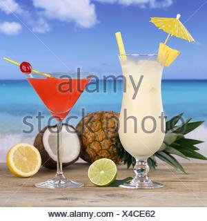 Cocktails und Alkohol Getränke am Strand und Meer