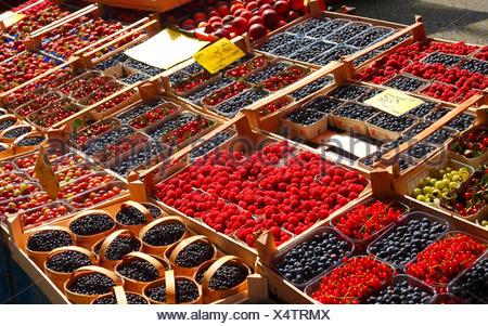 Frische Erdbeeren, Blaubeeren und Himbeeren in Schalen auf einem Marktstand, Bremen, Deutschland, Europa - Stock Photo
