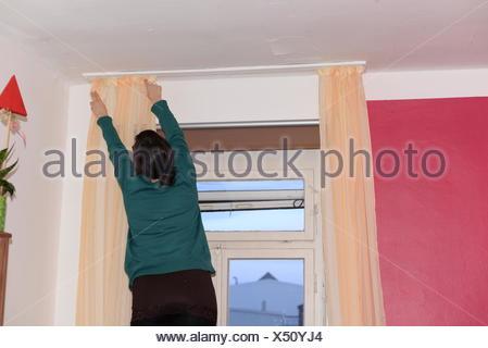 Vorhang Aufhängen vorhang gardine store fenster frau zimmer handwerk aufhängen