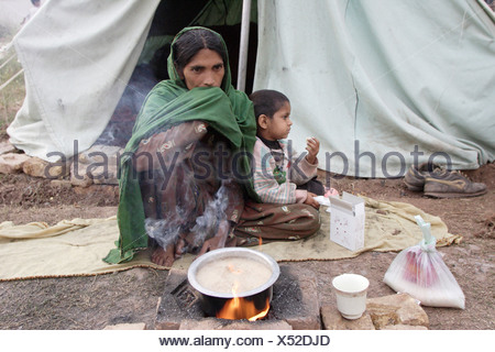 Woman and her child in the earthquake area in Pakistan - Stock Photo
