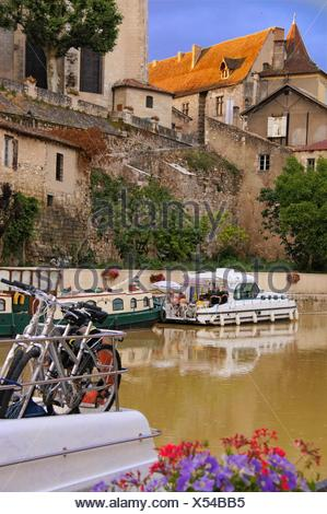 Holidays making on boats on the river Baïse at Nérac, under Henri IV palace with the orange roof, Lot-et-Garonne, Aquitaine, - Stock Photo
