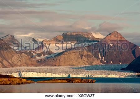 view from Ny Alesind ober a glacier to Dronningfjella, Norway, Svalbard, Kongsfjord, Ny Alesund - Stock Photo