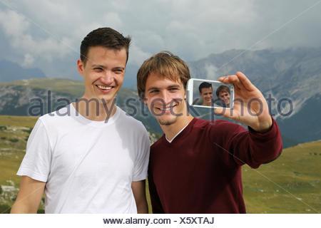 Freunde schießen ein Foto mit dem Smartphone als Erinnerung an den Urlaub