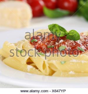 Nudeln mit Tomaten Napoli Sauce Pasta Gericht mit Basilikum auf Teller - Stock Photo