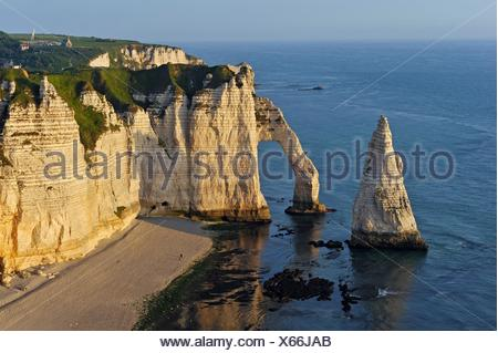 chalk cliffs with arch and ´´l´Aiguille´´ (the Needle), Etretat, Seine-Maritime department, Normandie region, France, Europe. - Stock Photo