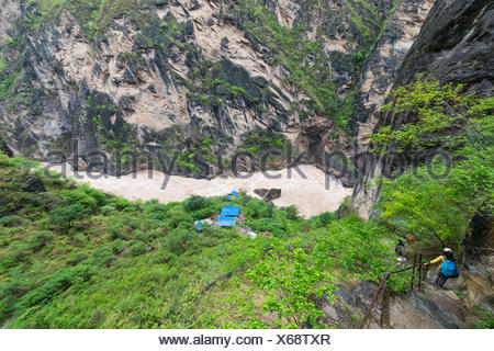 China, Yunnan Sheng, Diqing Zangzuzizhizhou, hike (2-day tour) to the Tiger Leaping Gorge of the Yangtze River, hikers on the way down into the Gorge - Stock Photo