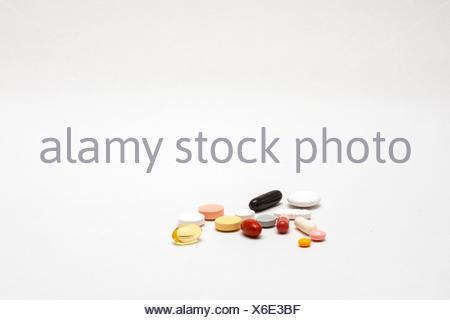 verschiedene bunte Tabletten, isoliert - Stock Photo