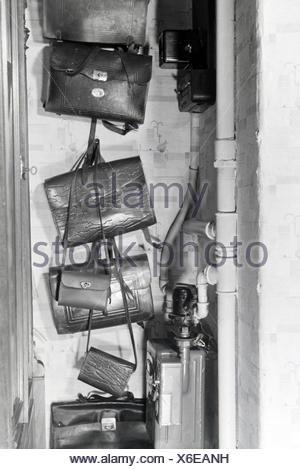 Die Schultaschen einer kinderreichen Familie, Deutsches Reich 1930er Jahre. The schoolbags of a extended family, Germany 1930s - Stock Photo