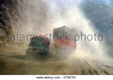 LKW auf der Piste von Spliti nach Lahaul in Nordindien, Indien, Lahol   truck on the unpaved road from Spliti to Lahaul in North - Stock Photo
