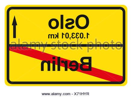 Ein gelbes Ortsausgangschild mit der jeweiligen Entfernung von einem Ort zum anderen. - Stock Photo