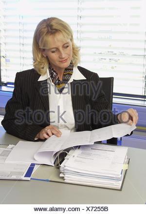 Frau Unterlagen Akten Angestellte Buero Chefin Bueroangestellte Business Dokumente Durchlesen Durchsehen Geschaeftsfrau Korrektu - Stock Photo