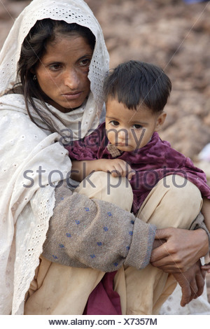 Woman and her son in the earthquake area in Pakistan - Stock Photo