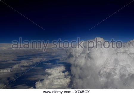 uebergang von wolken auf himmel aussicht von flugzeug - Stock Photo