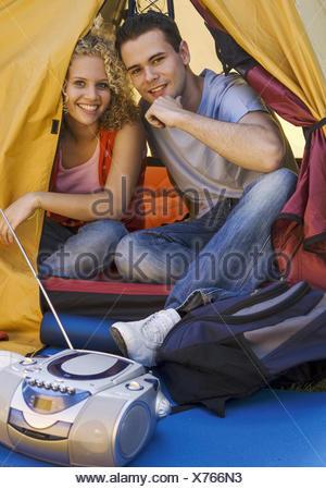 Teenager-Paar, sitzen in Zelt (model-released) - Stock Photo