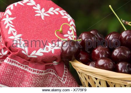 Frisch geerntete Kirschen in einem Korb - Stock Photo