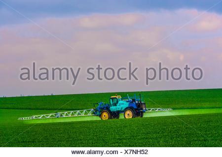 France- Grand Est- Marne- Expending fertilizer to get a better grain crop by Féré Champenoise. - Stock Photo