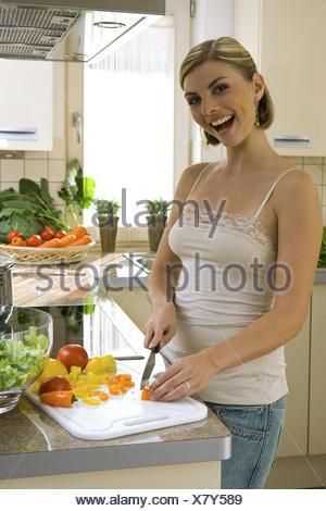 Kueche, kochen, Gemuese, schneiden, , probieren, 20-30 Jahre, Haushalt, Kuechenarbeit, Hausarbeit, Lebensmittel, Nahrungsmittel, - Stock Photo