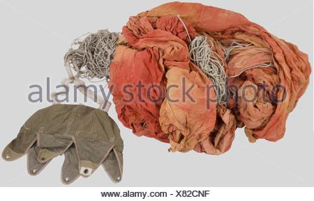 Grande Bretagne Deuxième Guerre Mondiale, Parachute de Container Anglais., Voilure rouge complet dans son sac kaki avec ses suspentes et crochets., , - Stock Photo